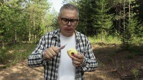 Ο οδοιπόρος τρώει το μήλο τα ξύλα φιλμ μικρού μήκους