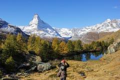 Ο οδοιπόρος φωτογραφίζει Matterhorn, Ελβετία Στοκ εικόνα με δικαίωμα ελεύθερης χρήσης