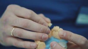 Ο οδοντίατρος εξετάζει ένα απόρριμμα ενός υπομονετικού σαγονιού ` s φιλμ μικρού μήκους