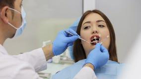Ο οδοντίατρος επιλέγει ότι ένα δόντι χρωματίζει από τα δείγματα για τα δόντια λεύκανσης λέιζερ φιλμ μικρού μήκους