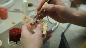 Ο οδοντίατρος κάνει μια φόρμα των δοντιών απόθεμα βίντεο