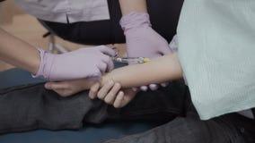 Ο οδοντίατρος κάνει την έγχυση στη φλέβα ένα μικρό αγόρι απόθεμα βίντεο