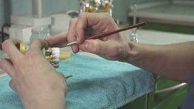 Ο οδοντίατρος κάνει το πρότυπο του ανθρώπινου σαγονιού φιλμ μικρού μήκους