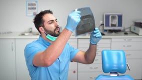 Ο οδοντίατρος μελετά την ακτίνα X απόθεμα βίντεο