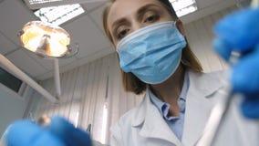 Ο οδοντίατρος μεταχειρίζεται την αποσύνθεση δοντιών, υπομονετική άποψη απόθεμα βίντεο