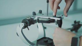 Ο οδοντίατρος προετοιμάζει μια συσκευή για το υπομονετικό σαγόνι ` s απόθεμα βίντεο