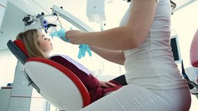 Ο οδοντίατρος προετοιμάζεται να εξετάσει τον ασθενή απόθεμα βίντεο