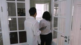 Ο οδοντίατρος προσκαλεί τον ασθενή σε ένα δωμάτιο θεραπείας φιλμ μικρού μήκους