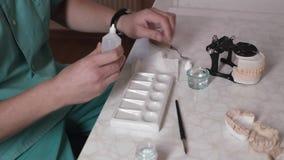 Ο οδοντίατρος τεχνικών καθιστά ένα σαγόνι προσθετικό απόθεμα βίντεο