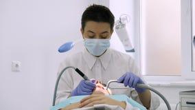Ο οδοντίατρος χρησιμοποιεί ένα τρυπάνι για την οδοντική επεξεργασία απόθεμα βίντεο