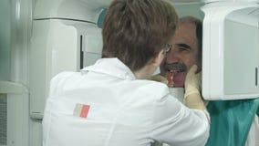 Ο οδοντικός ανώτερος ασθενής υποβάλλεται στην πανοραμική ανίχνευση κρανίων των δοντιών φιλμ μικρού μήκους