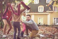 Ο οικογενειακός χρόνος, γονείς έχει το παιχνίδι με τα παιδιά Στοκ φωτογραφία με δικαίωμα ελεύθερης χρήσης