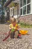 Ο οικοδόμος παιδιών με ένα κράνος και ένα σύνολο εργαλείου παιχνιδιών στοκ φωτογραφία με δικαίωμα ελεύθερης χρήσης