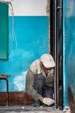 Ο οικοδόμος συμμετέχει στην κατασκευή και τις εργασίες εγκαταστάσεων στοκ εικόνα με δικαίωμα ελεύθερης χρήσης