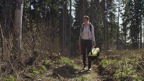 Ο οικολόγος εξετάζει τους κορμούς τραυματισμών δέντρων φιλμ μικρού μήκους