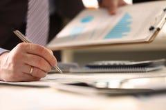 Ο οικονομικός σύμβουλος κάνει τον υπολογισμό ετήσιων προϋπολογισμών στοκ εικόνες