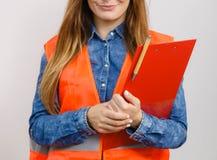 Ο οικοδόμος κατασκευής μηχανικών γυναικών κρατά το μαξιλάρι αρχείων Στοκ Εικόνες