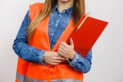 Ο οικοδόμος κατασκευής μηχανικών γυναικών κρατά το μαξιλάρι αρχείων Στοκ εικόνα με δικαίωμα ελεύθερης χρήσης