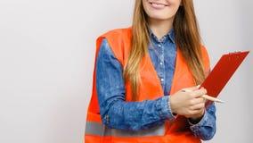 Ο οικοδόμος κατασκευής μηχανικών γυναικών κρατά το μαξιλάρι αρχείων Στοκ φωτογραφία με δικαίωμα ελεύθερης χρήσης