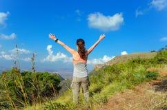 Οδοιπορία γυναικών στα βουνά, πεζοπορία τουρίστας στοκ φωτογραφία