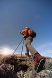 Οδοιπορία οδοιπόρων στα βουνά στοκ φωτογραφία με δικαίωμα ελεύθερης χρήσης