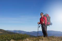 Οδοιπορία οδοιπόρων στα βουνά στοκ φωτογραφίες με δικαίωμα ελεύθερης χρήσης
