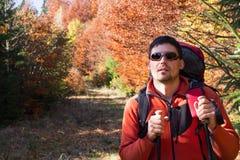 Οδοιπορία οδοιπόρων στα βουνά στοκ εικόνες με δικαίωμα ελεύθερης χρήσης