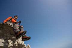 Οδοιπορία οδοιπόρων στα βουνά στοκ εικόνες