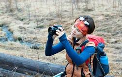 Οδοιπορία τουριστών γυναικών με μια κάμερα στοκ φωτογραφίες με δικαίωμα ελεύθερης χρήσης