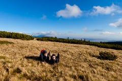 Οδοιπορία τουριστών στα όμορφα βουνά Beskidy στοκ φωτογραφία με δικαίωμα ελεύθερης χρήσης