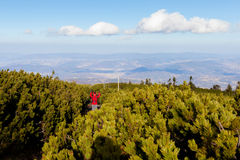 Οδοιπορία τουριστών στα όμορφα βουνά Beskidy στοκ φωτογραφία