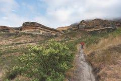 Οδοιπορία τουριστών στο χαρακτηρισμένο ίχνος στο χρυσό εθνικό πάρκο Χάιλαντς πυλών, Νότια Αφρική Φυσικά επιτραπέζια βουνά, φαράγγ Στοκ εικόνες με δικαίωμα ελεύθερης χρήσης