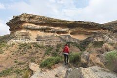 Οδοιπορία τουριστών στο χαρακτηρισμένο ίχνος στο χρυσό εθνικό πάρκο Χάιλαντς πυλών, Νότια Αφρική Φυσικά επιτραπέζια βουνά, φαράγγ Στοκ εικόνα με δικαίωμα ελεύθερης χρήσης