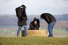 Οδοιπόροι που περπατούν έξω στο λόφο, που ελέγχει τις κατευθύνσεις στοκ εικόνα με δικαίωμα ελεύθερης χρήσης