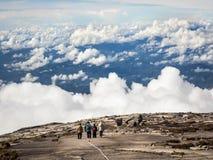 Οδοιπόροι που περπατούν στην κορυφή του υποστηρίγματος Kinabalu, Sabah, Μαλαισία Στοκ φωτογραφία με δικαίωμα ελεύθερης χρήσης