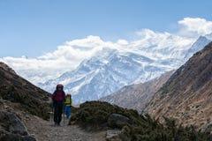 Οδοιπόροι που περπατούν στο ίχνος στο Νεπάλ, στο κύκλωμα Annapurna Στοκ Εικόνα