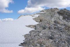 Οδοιπόροι στο βουνό ουράνιων τόξων Στοκ Φωτογραφία