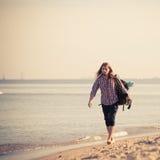 Οδοιπόρος ατόμων με το σακίδιο πλάτης που αγυρτεύει από την παραλία Στοκ Φωτογραφίες