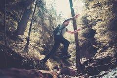 Οδοιπόρος ατόμων που πηδά πέρα από το ρεύμα στοκ εικόνα με δικαίωμα ελεύθερης χρήσης