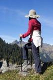 Οδοιπόρος γυναικών στο βουνό Στοκ εικόνα με δικαίωμα ελεύθερης χρήσης