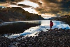 Οδοιπόρος κοντά στη λίμνη κρυστάλλου στο πέρασμα Κολοράντο Ophir ηλιοβασιλέματος Στοκ Εικόνες