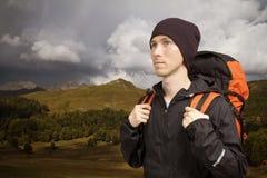 Οδοιπόρος με το σακίδιο πλάτης που περπατά κατά μήκος μιας έκτασης βουνών στοκ φωτογραφία με δικαίωμα ελεύθερης χρήσης