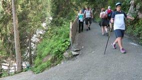 Οδοιπόρος που περπατά κατά μήκος της πορείας για να επισκεφτεί τους καταρράκτες Krimml australites φιλμ μικρού μήκους