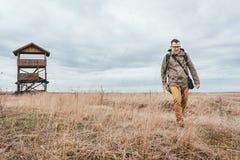 Οδοιπόρος που περπατά πέρα από το λιβάδι Στοκ Φωτογραφία