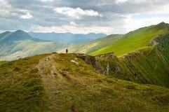 Οδοιπόρος που περπατά στην πορεία κορυφογραμμών στοκ φωτογραφία