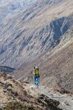 Οδοιπόρος που περπατά στο ίχνος στο Νεπάλ, στο κύκλωμα Annapurna Στοκ φωτογραφία με δικαίωμα ελεύθερης χρήσης
