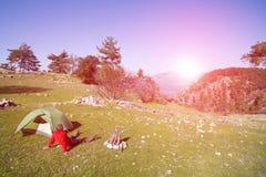 Οδοιπόρος που στέκεται πάνω από το βουνό με την κοιλάδα στο υπόβαθρο Στοκ φωτογραφίες με δικαίωμα ελεύθερης χρήσης
