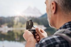 Οδοιπόρος που χρησιμοποιεί μια πυξίδα στοκ φωτογραφία