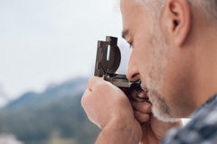 Οδοιπόρος που χρησιμοποιεί μια πυξίδα στοκ εικόνες με δικαίωμα ελεύθερης χρήσης