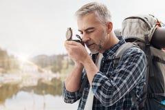 Οδοιπόρος που χρησιμοποιεί μια πυξίδα στοκ φωτογραφίες με δικαίωμα ελεύθερης χρήσης